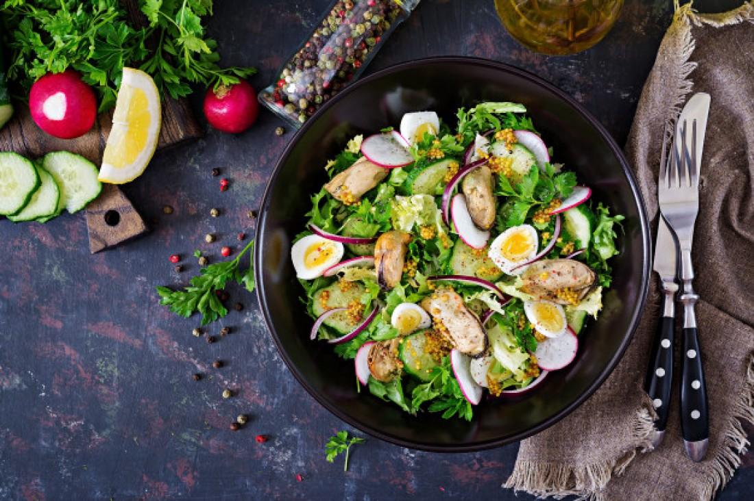 Салат с мидиями и яйцом: рецепт