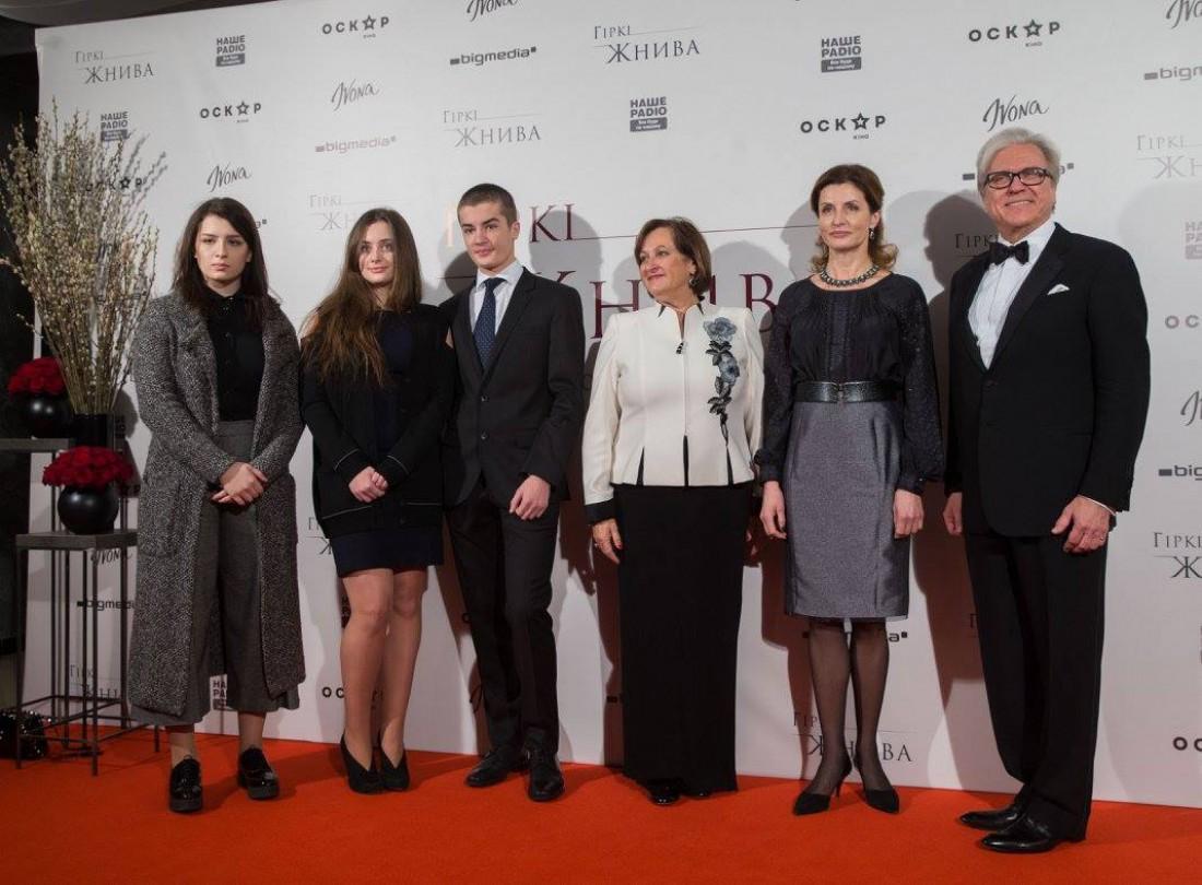 Марина Порошенко с детьми и продюсерами фильма