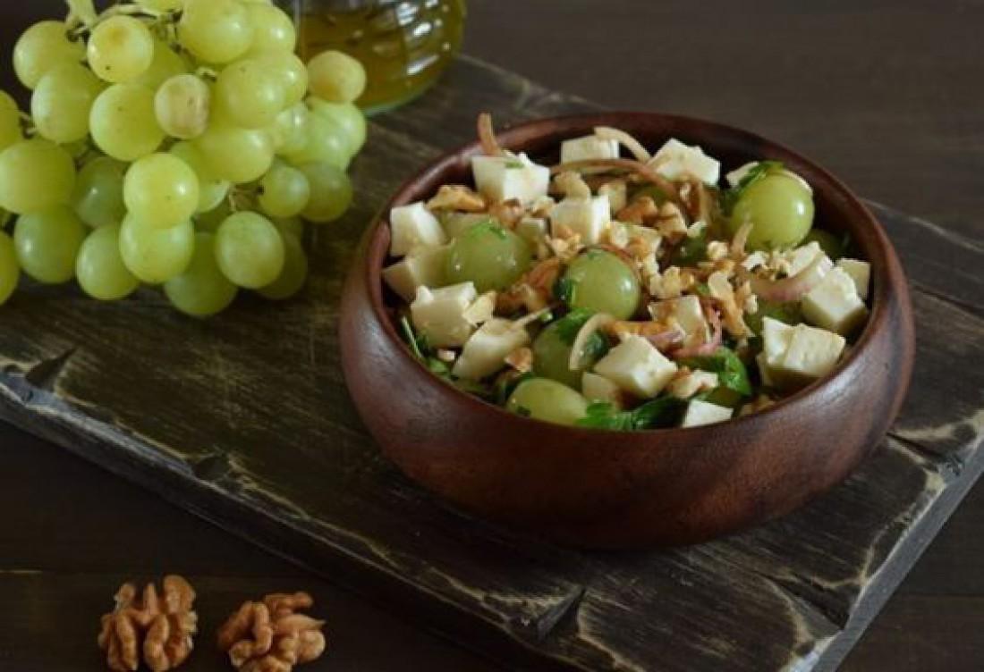 Салаты на Пасху 2020: Французский салат с виноградом и сыром