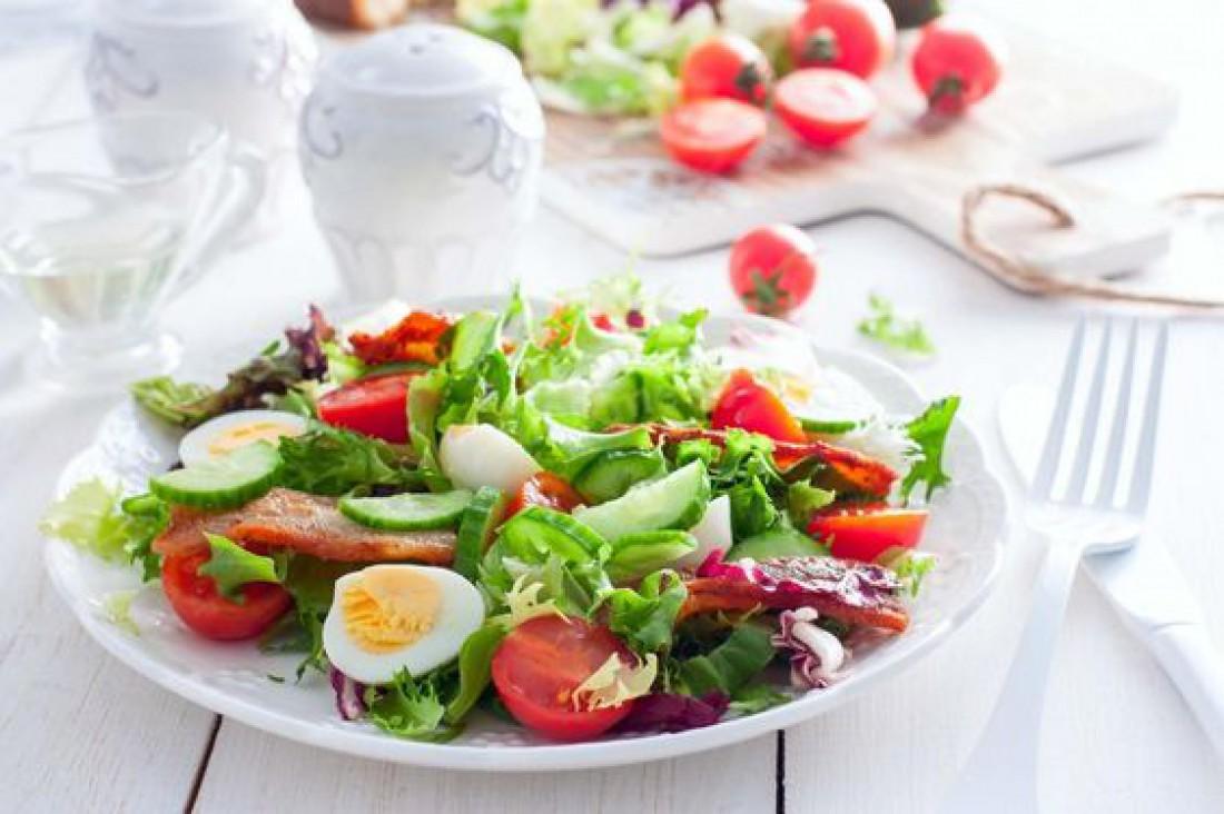 Салаты на Пасху 2020: Весенний салат с беконом и помидорами