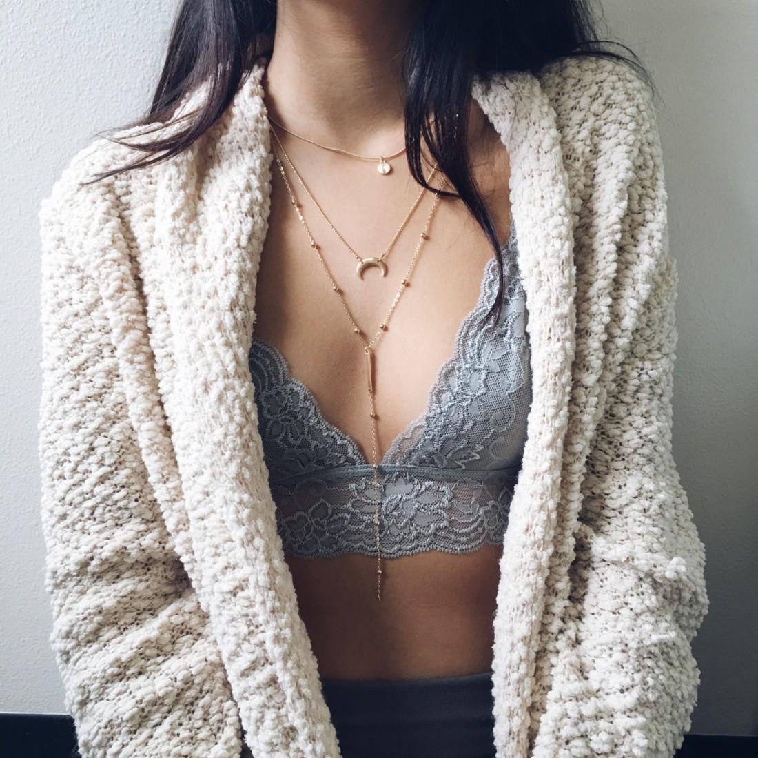 Одна из трех женщин носит бюстгальтер не своего размера