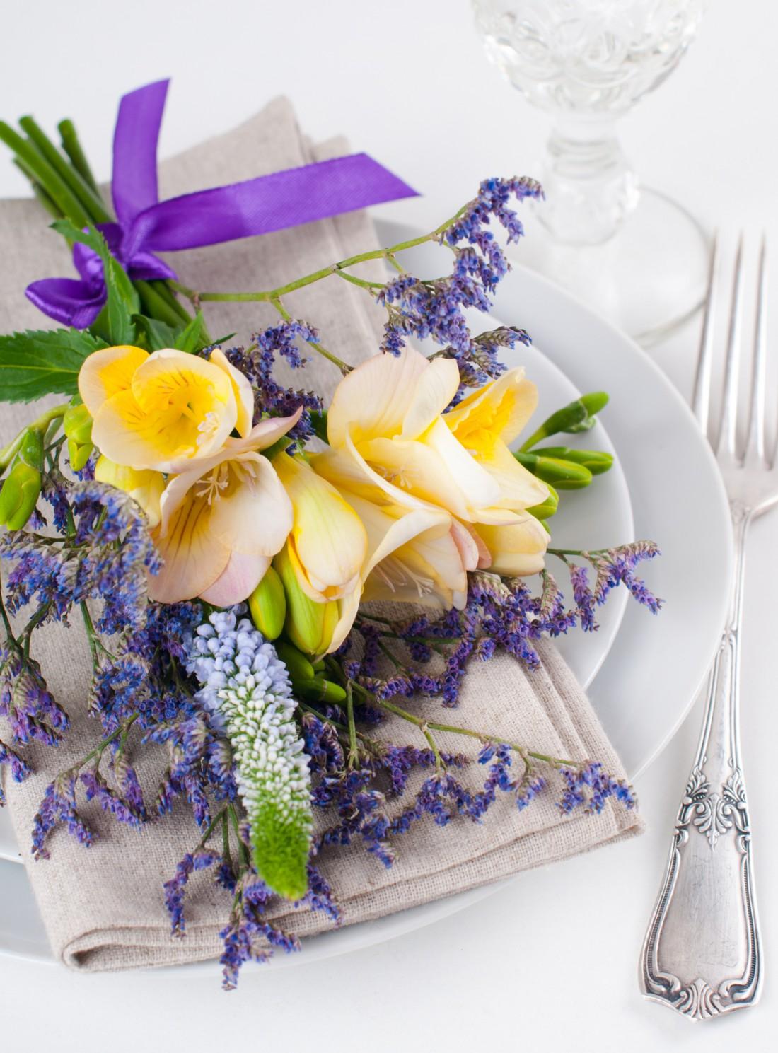 На стол цветы можно поместить в любой плоской посуде