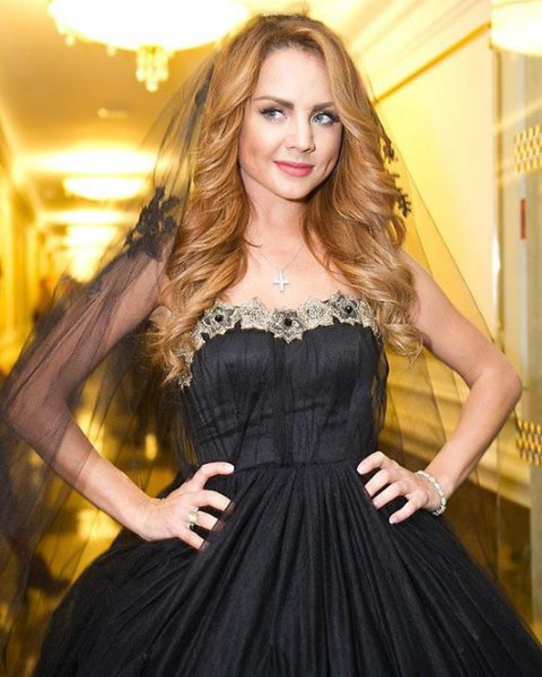Певица МакSим пришла на мероприятие в черном свадебне платье