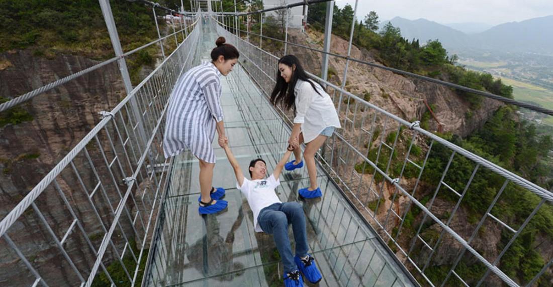 Как первые туристы по мосту ходили