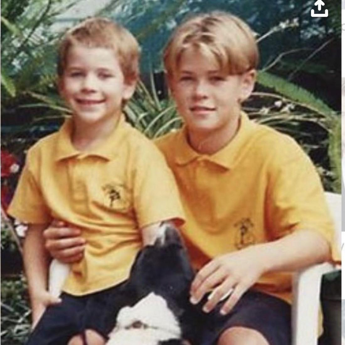 Крис Хемсворт показал детское фото с братом Лиамом