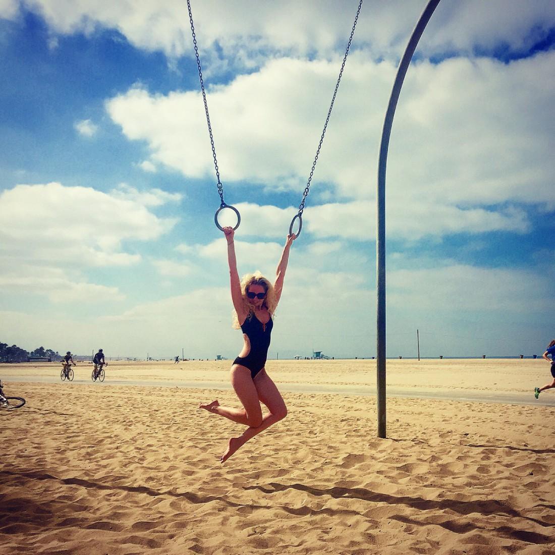 Анастасия активно занимается спортом для поддержания формы