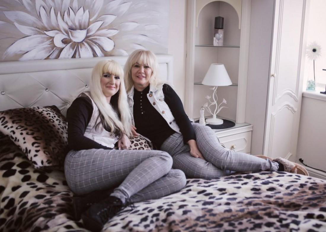 Дженет Хоррокс (справа) и ее дочь Джейн (слева)