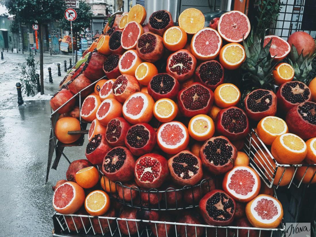 Из фруктов прямо на улице выжимают сок