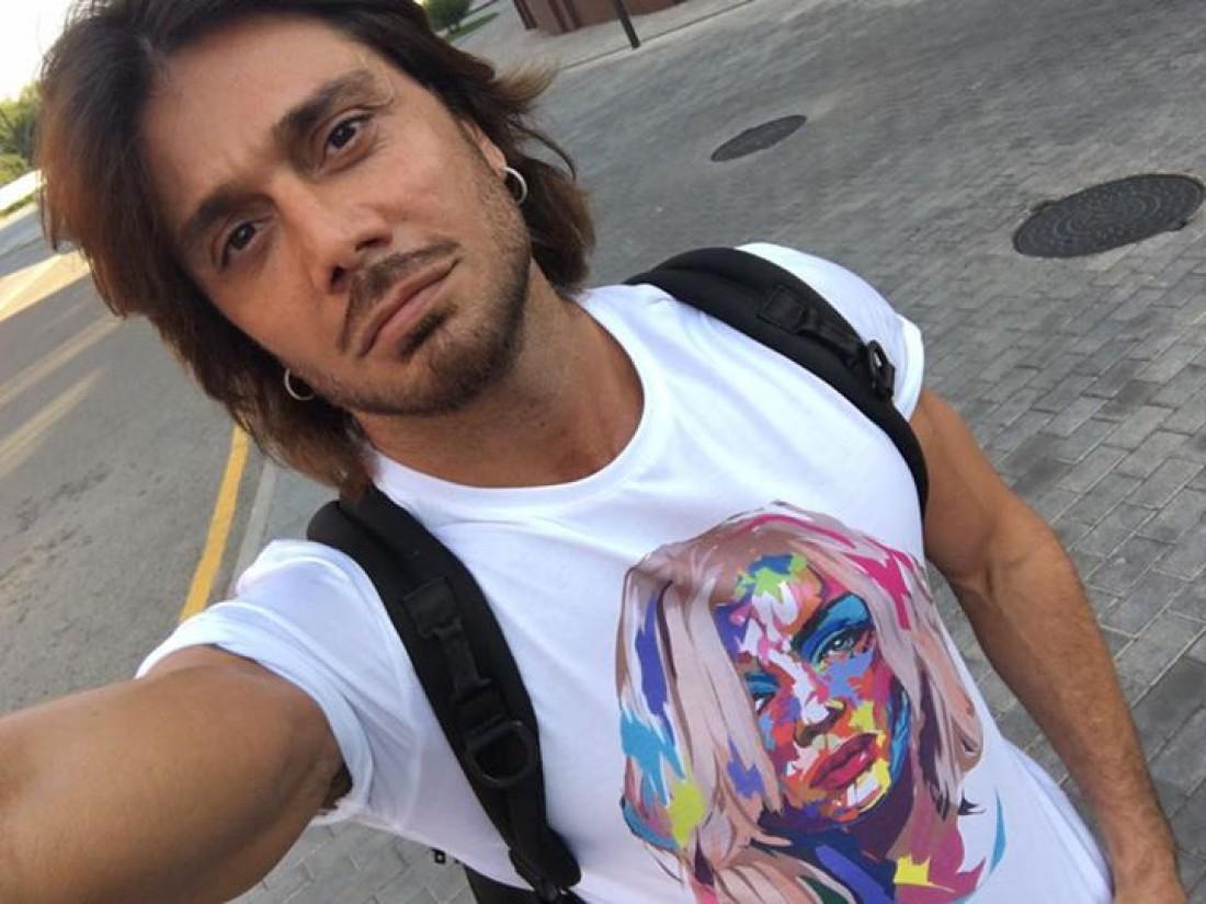 Аслан Ахмадов в футболке с изображением Ирина Билык