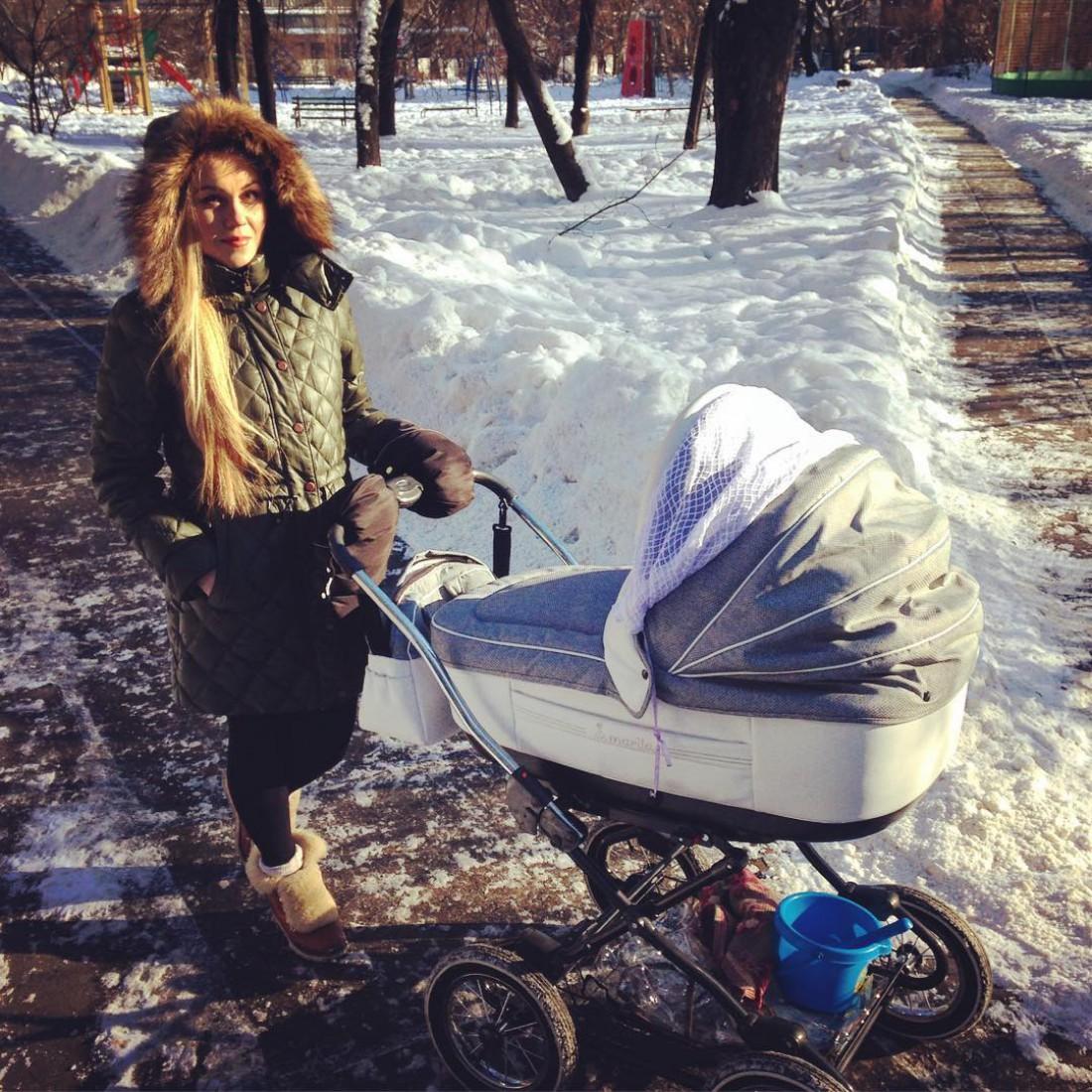 Alyosha на прогулке с младшим сыном