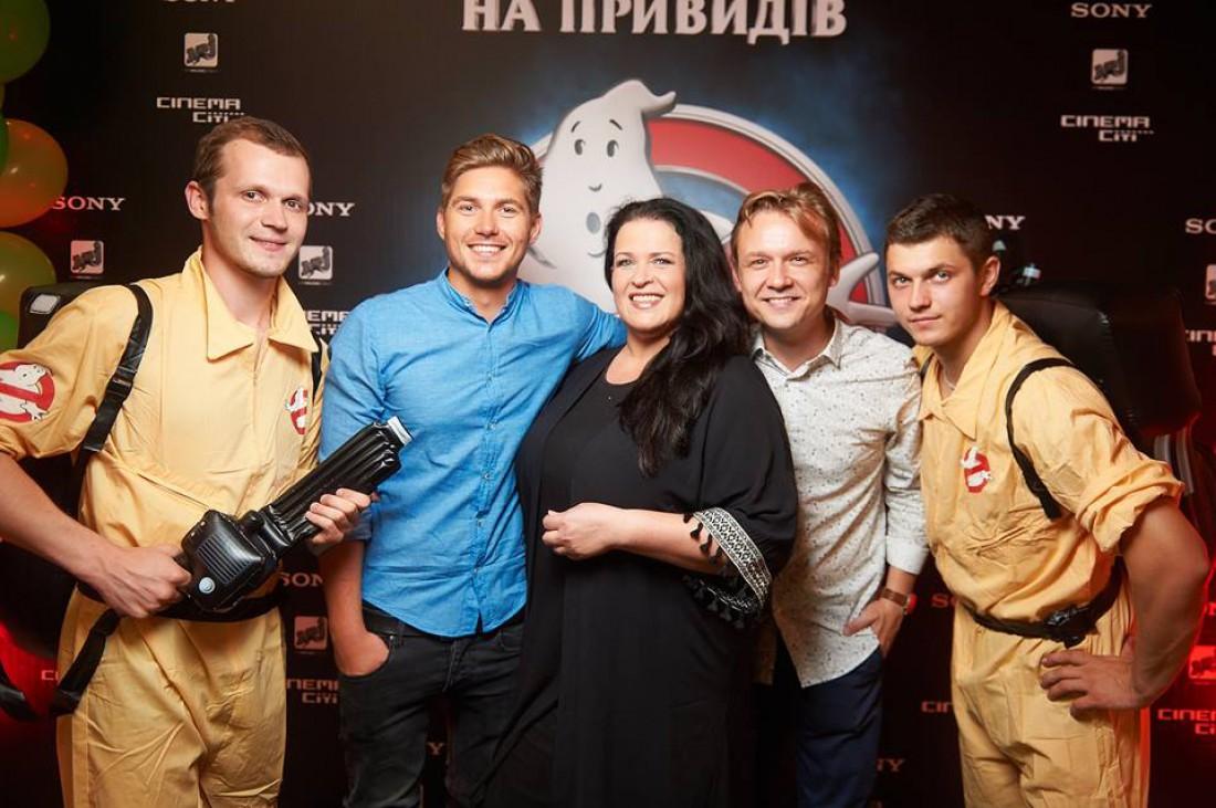 Руслана и телеведущий Владимир Остапчук (второй слева)