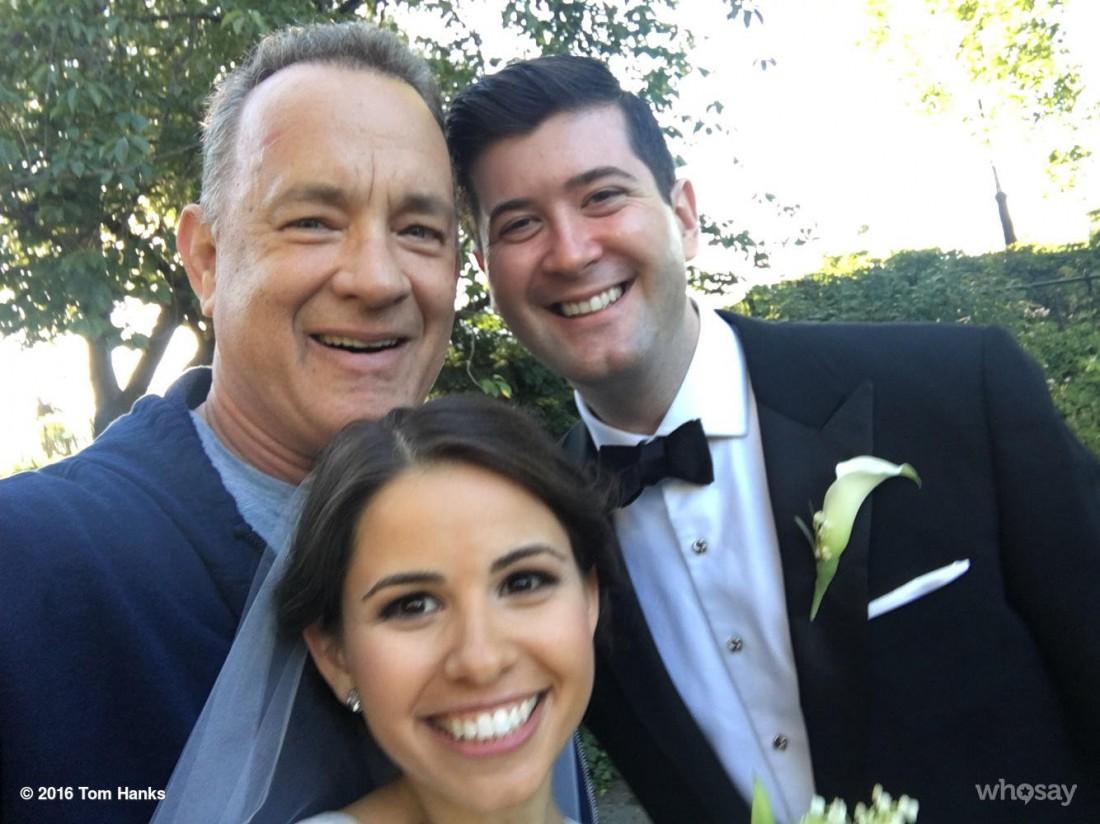 Том Хэнкс с молодоженами