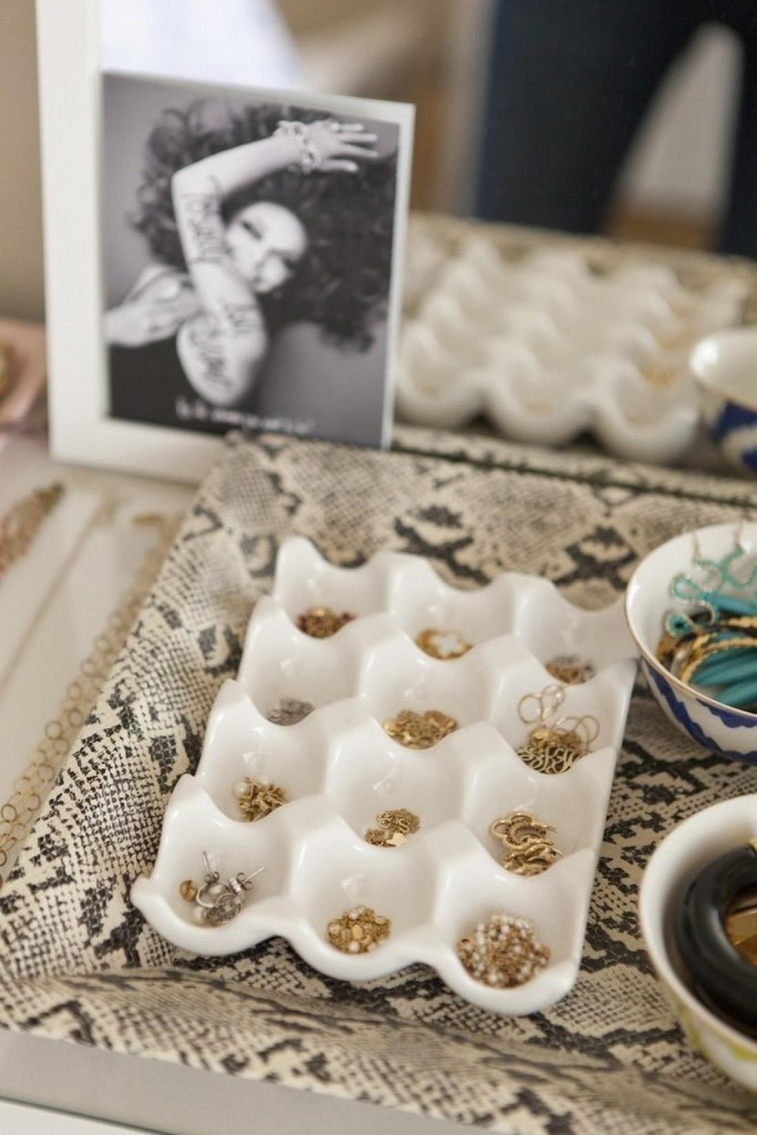 Храни украшения в керамических подставках для яиц