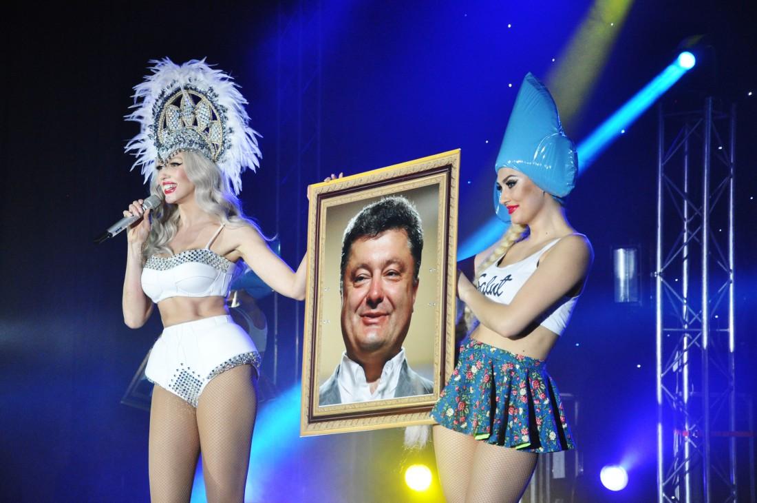 Оля Полякова на своем концерте вышла с портретом петра Порошенко
