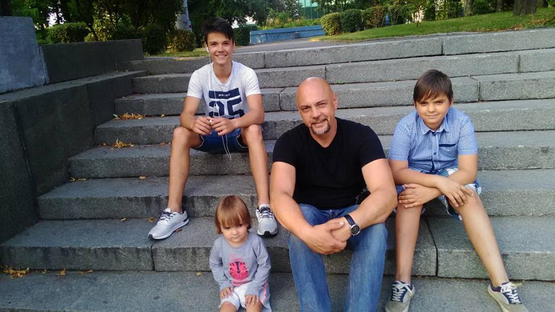 Андрей Дебрин с детьми