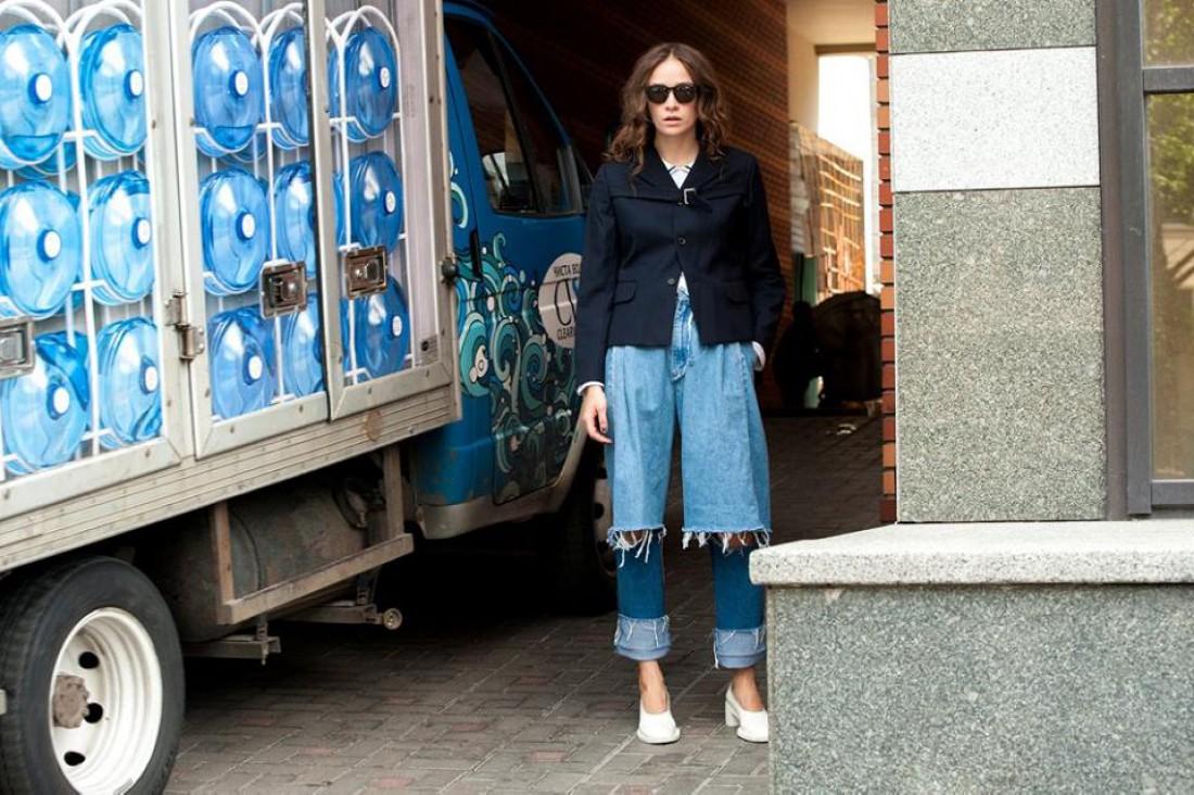 Модель Надя Шаповал в джинсах от Ksenia Schnaider