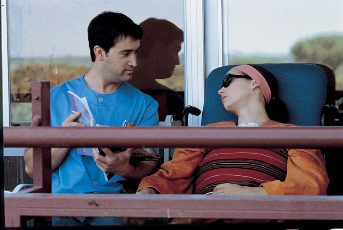 Кадр из фильма Поговори с ней