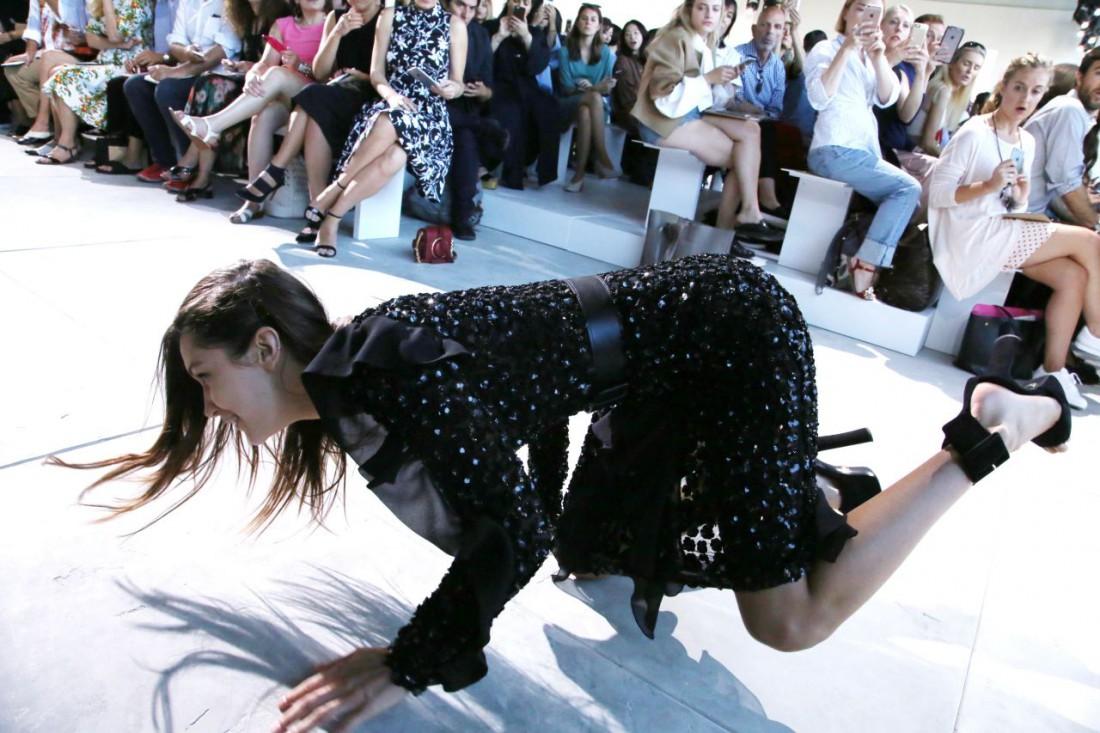Белла Хадид упала на показе Michael Kors
