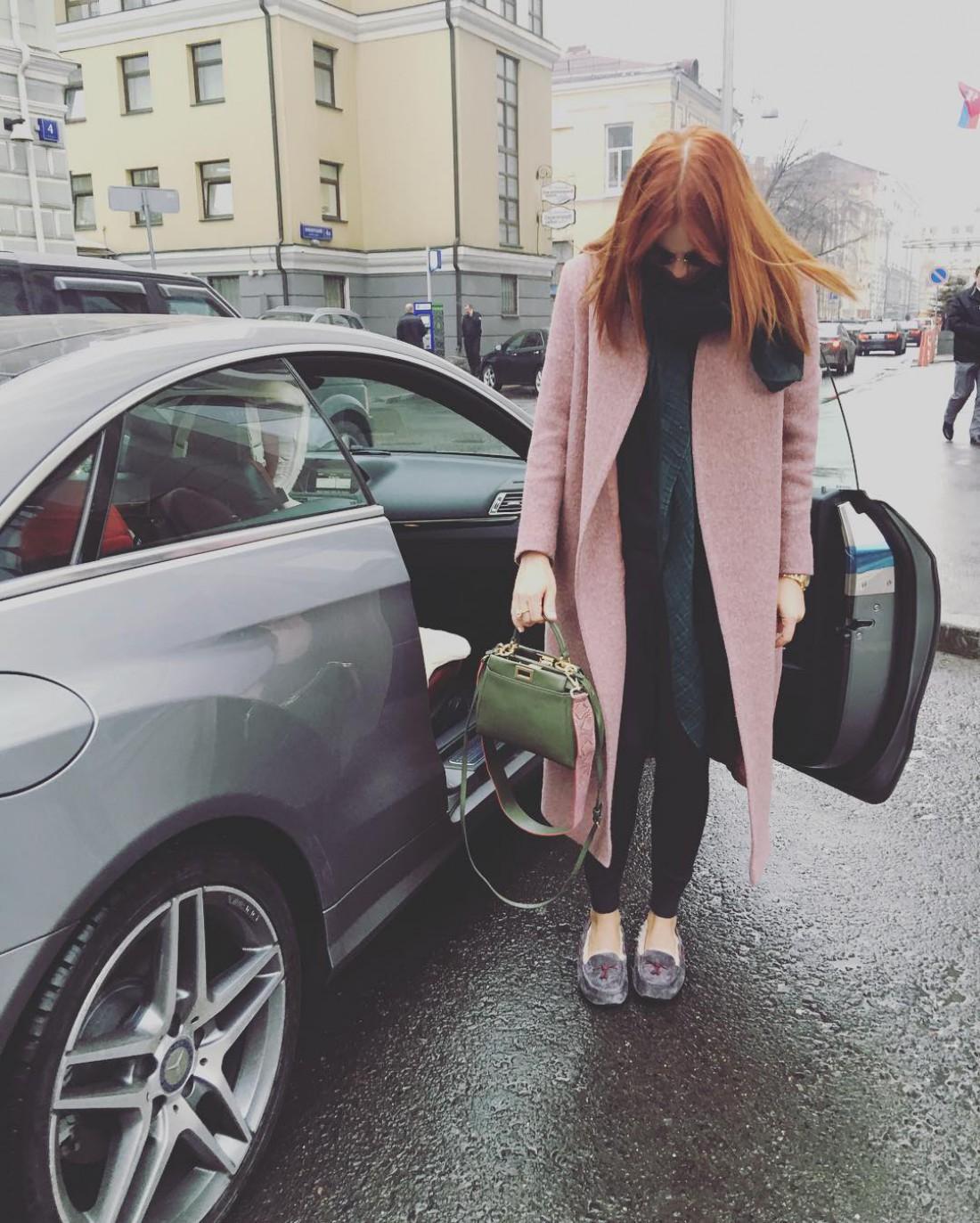 Стоцкая возле своего автомобиля