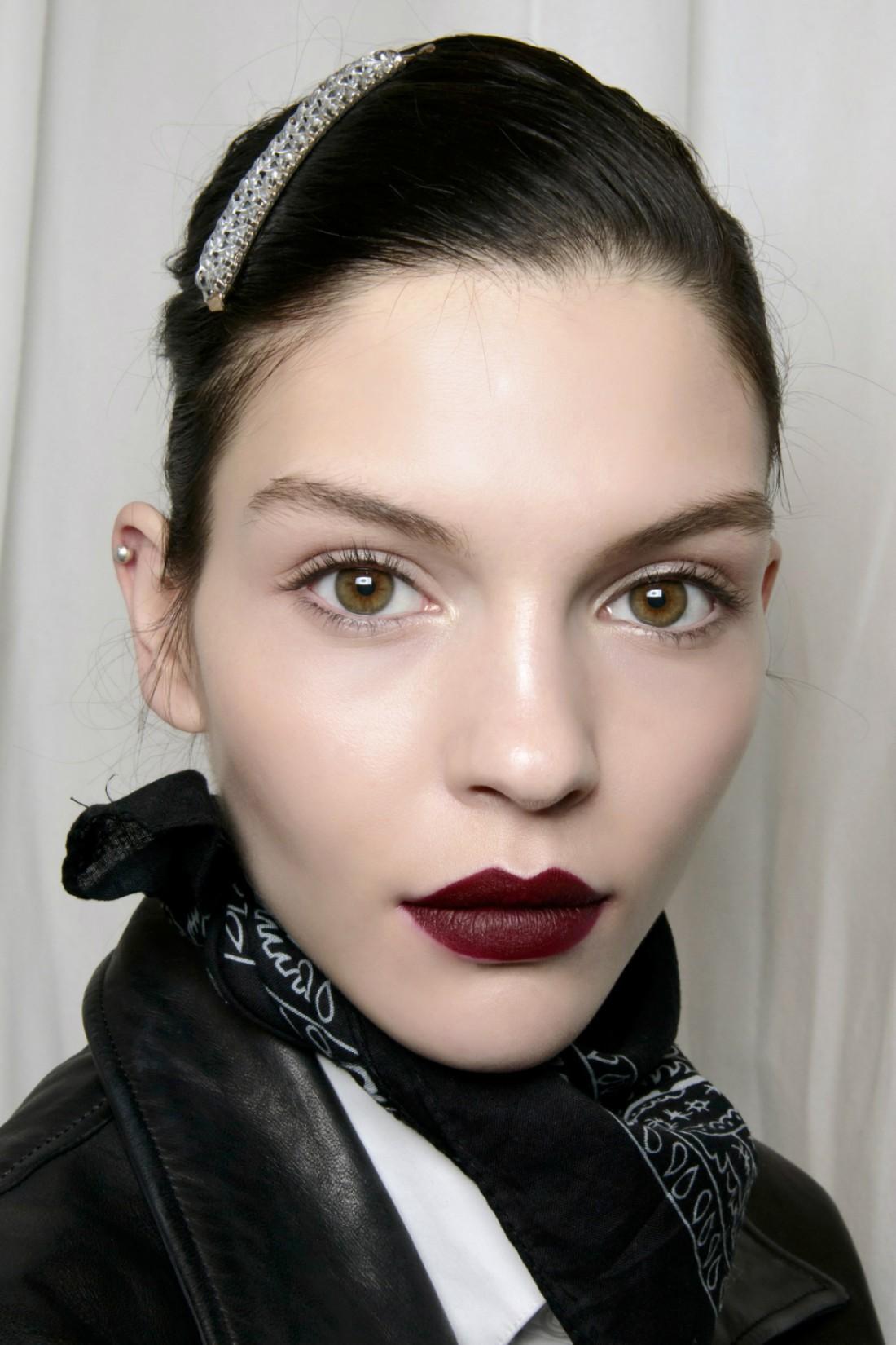 Как сделать макияж стойким: губы