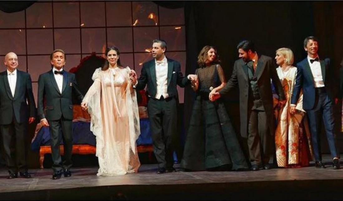 Модельер Валентино (второй слева) и Софи Копполо (третья слева) на премьере оперы Травиата