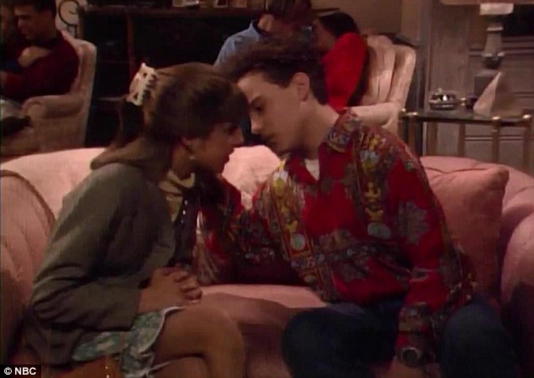 Звезды сериала Теория большого взрыва поцеловались во время эфира