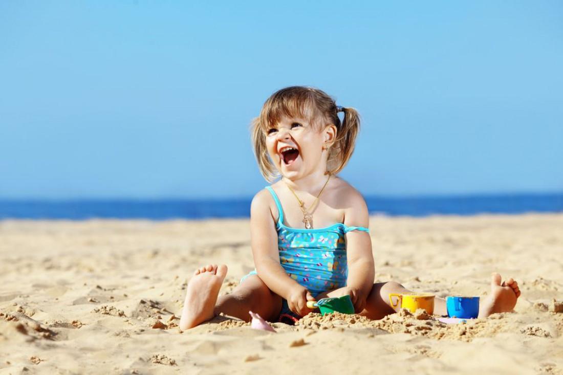 Играть с ребенком можно даже на пляже