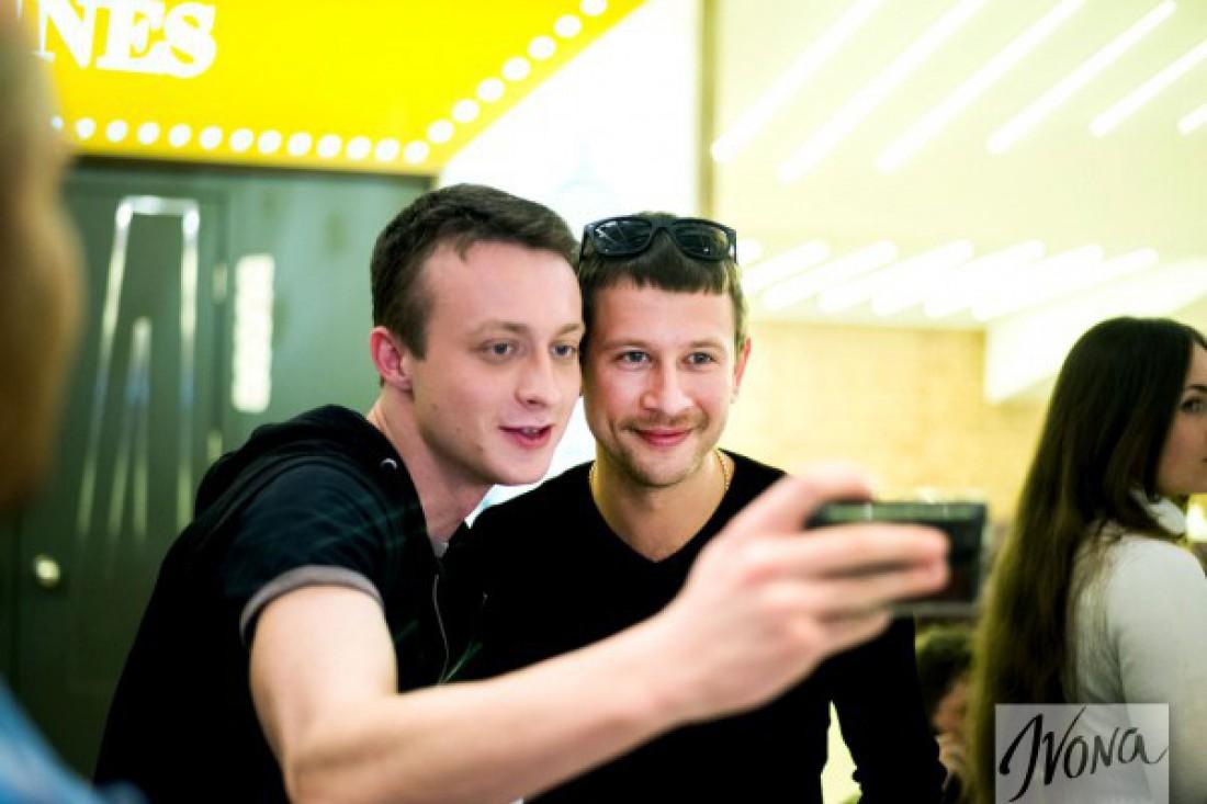 Дмитрий Ступка (справа) на допремьерном показе #SELFIEPARTY в Киеве
