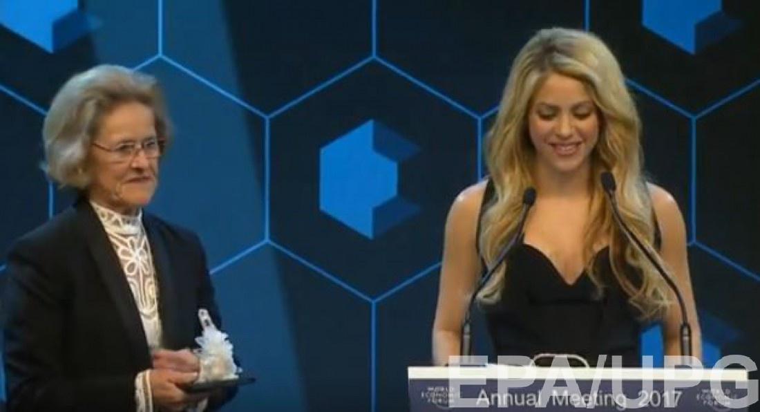 Хильде Шваб вручает Шакире премию Crystal Award