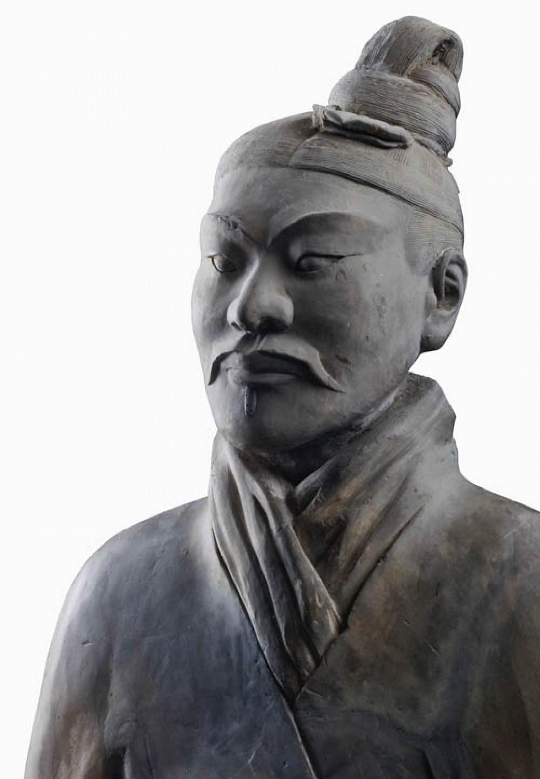 Китайский солдат в шарфе, обозначающем его ранг