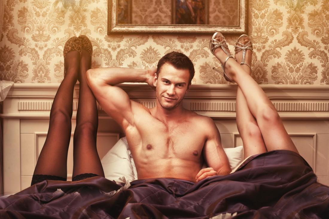 Он мечтает оказаться в постели с двумя женщинами, но не пойдет против твоего желания
