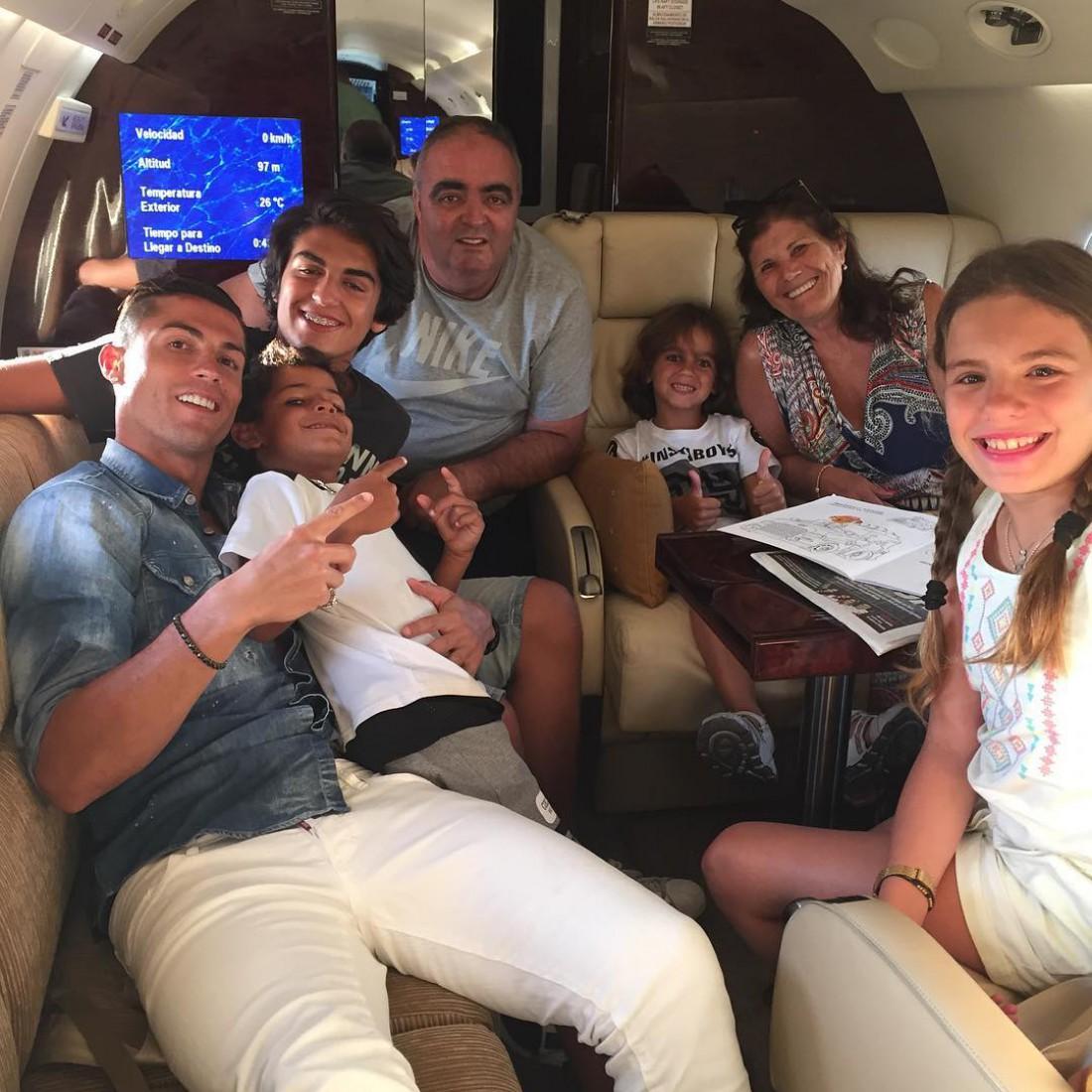 Криштиану Роналду со своей семьей