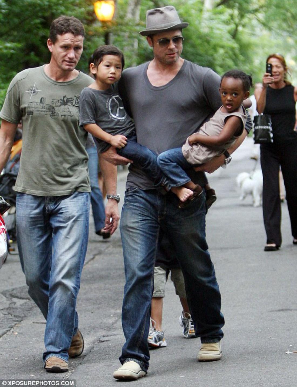 Брэд Питт с детьми и охранник семьи Марк Биллингэм