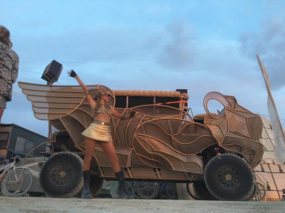 Пэрис Хилтон на Burning Man