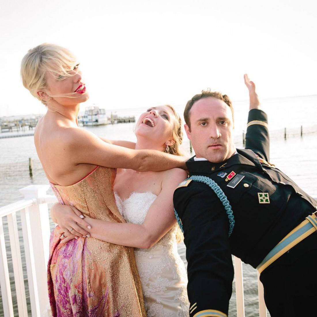 Тейлор Свифт с женихом и невестой