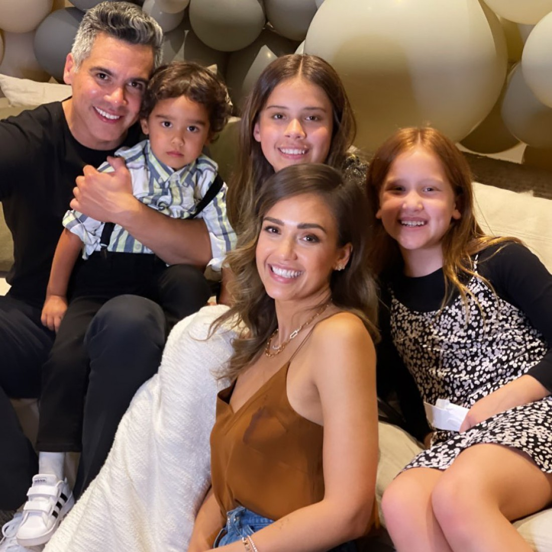 Джессика Альба показала троих детей и мужа