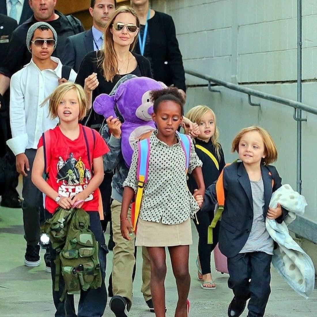Анджели Джоли с детьми