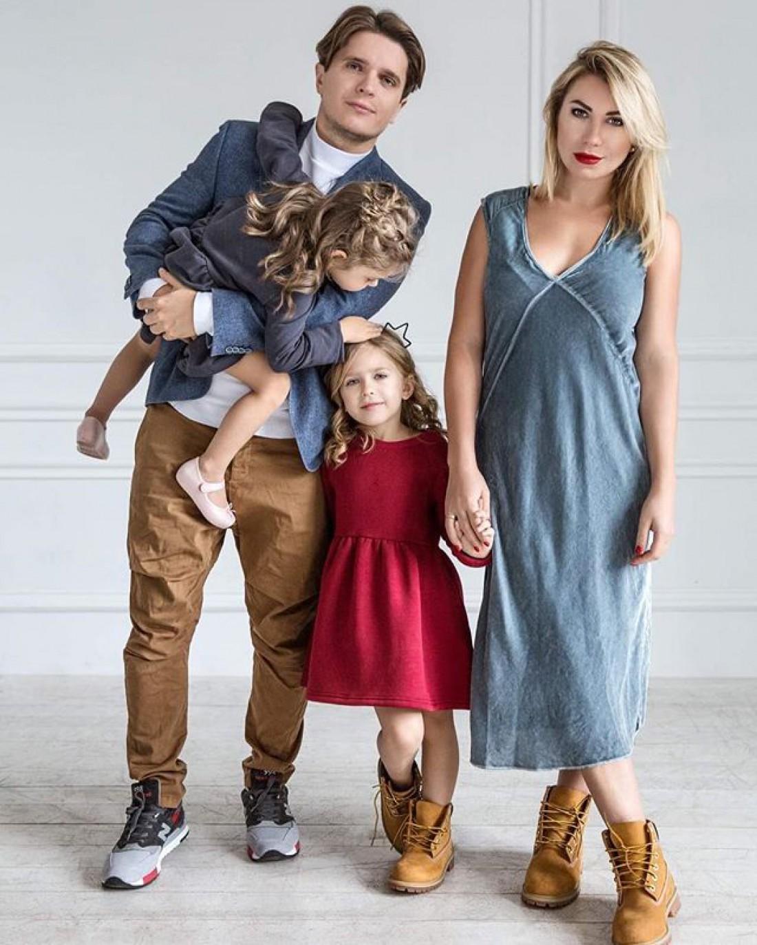 Пятилетняя Алиса с трехлетней сестричкой Лолой и звездными родителями