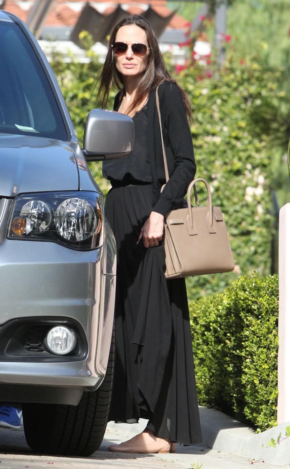 Анджелина Джоли выглядит уставшей из-за проблем на личном фронте