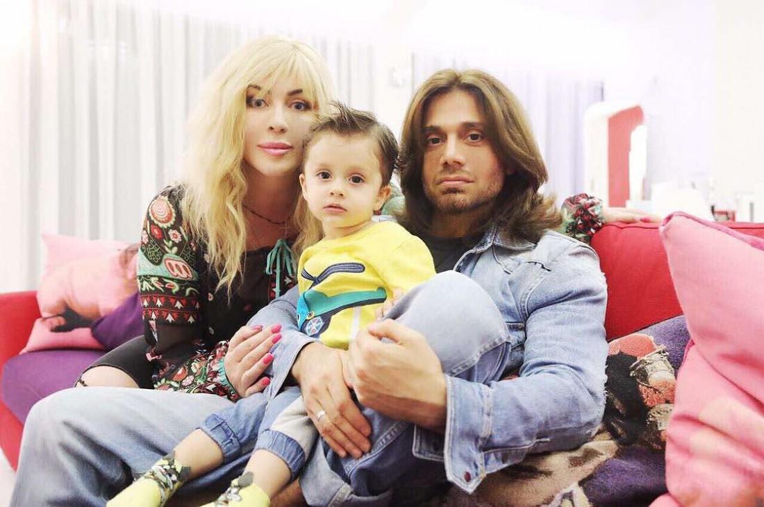 Ирина Билык с сыном Табризом и мужем Асланом