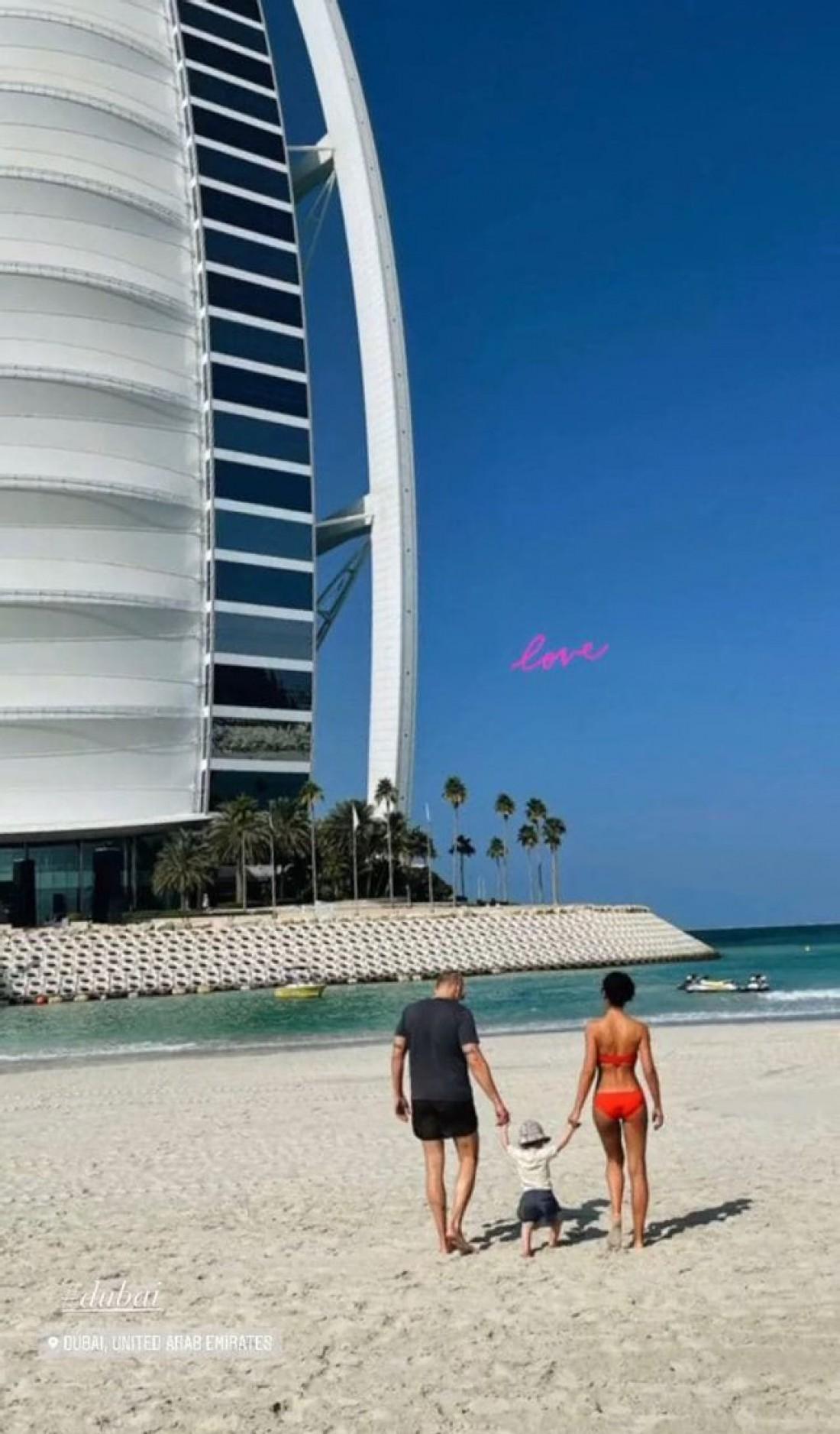 Санта Димопулос показала, как отдыхает в Дубае с мужем и годовалой дочерью