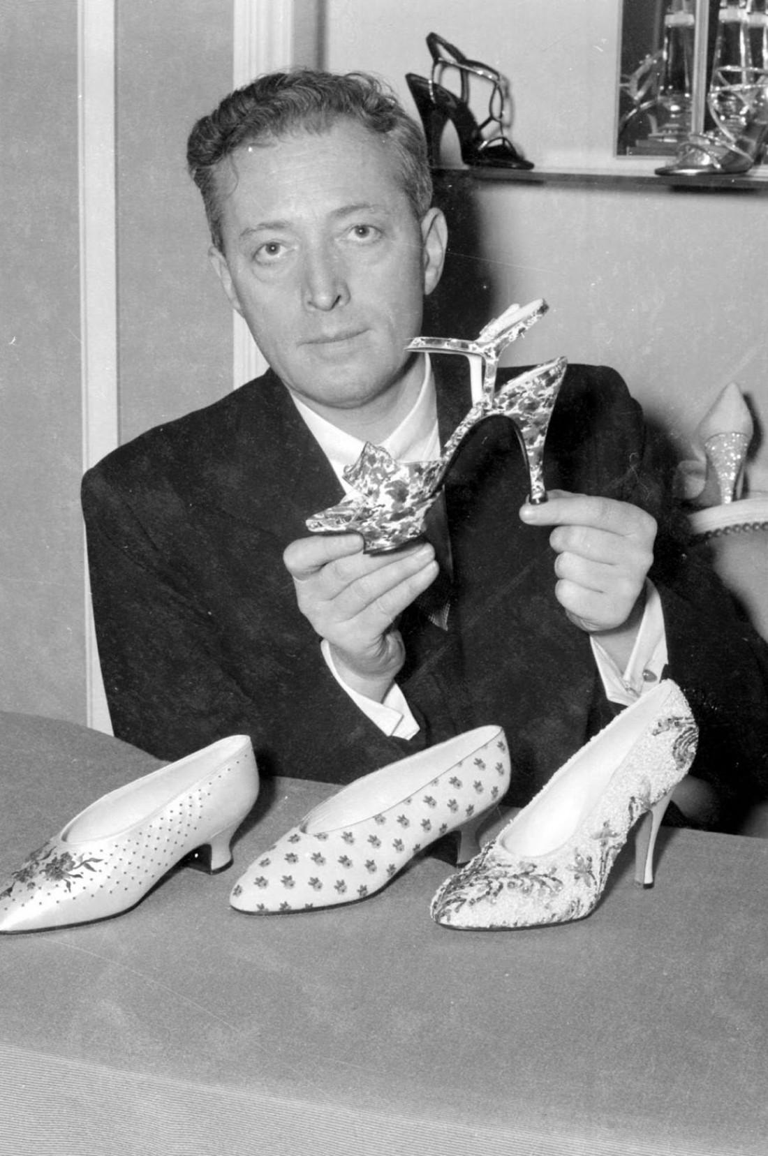 Дизайнер Роджер Вивьер гордо демонстрирует туфли на шпильке