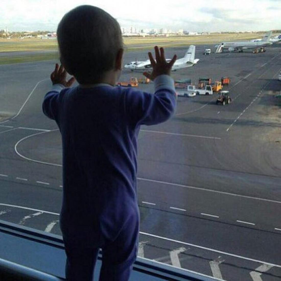 Самый маленький пассажир рейса 9268 – 10-месячная Дарина. Под данным снимком артисты рамещают свои посты.