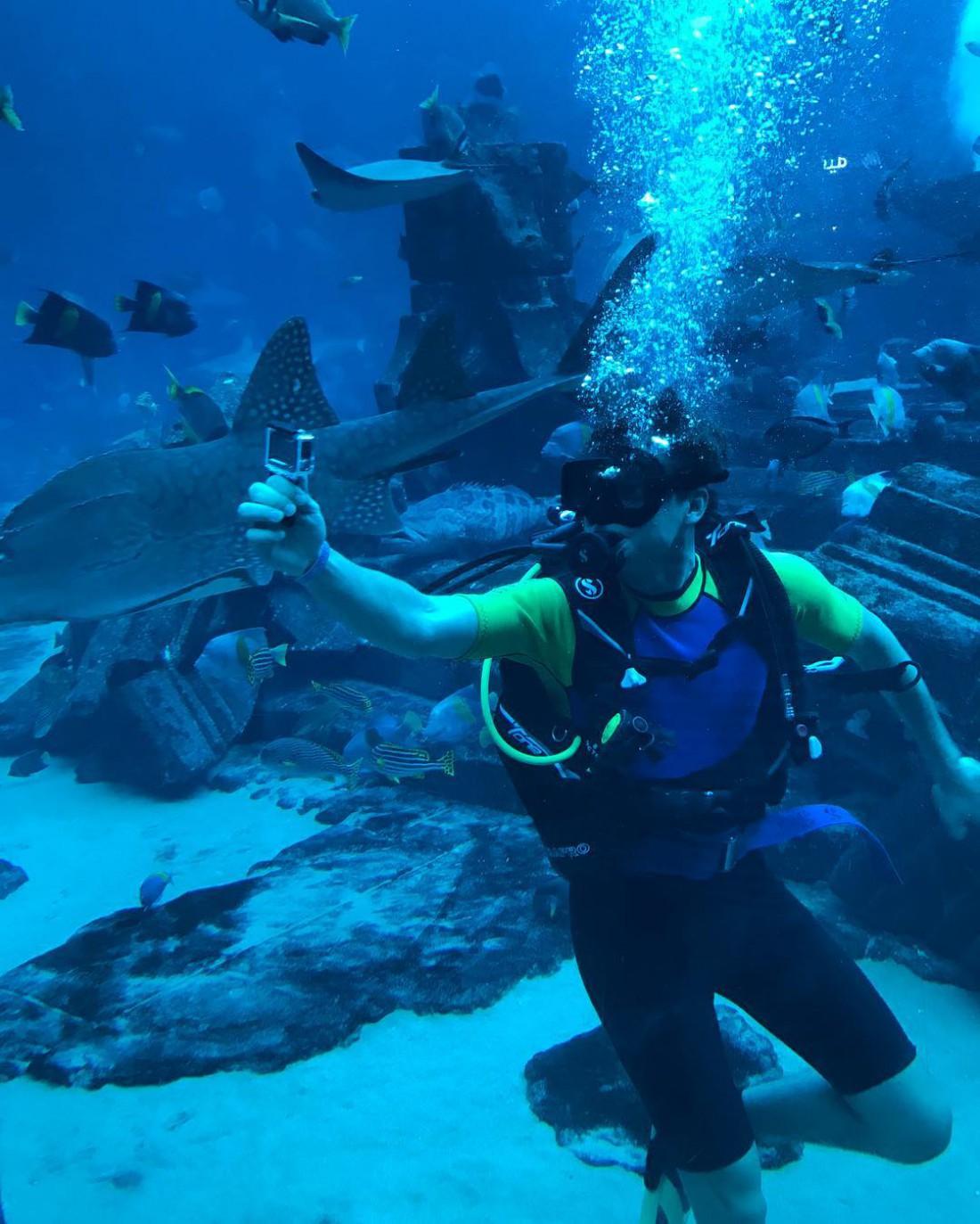 Александр Скичко плавает с акулами
