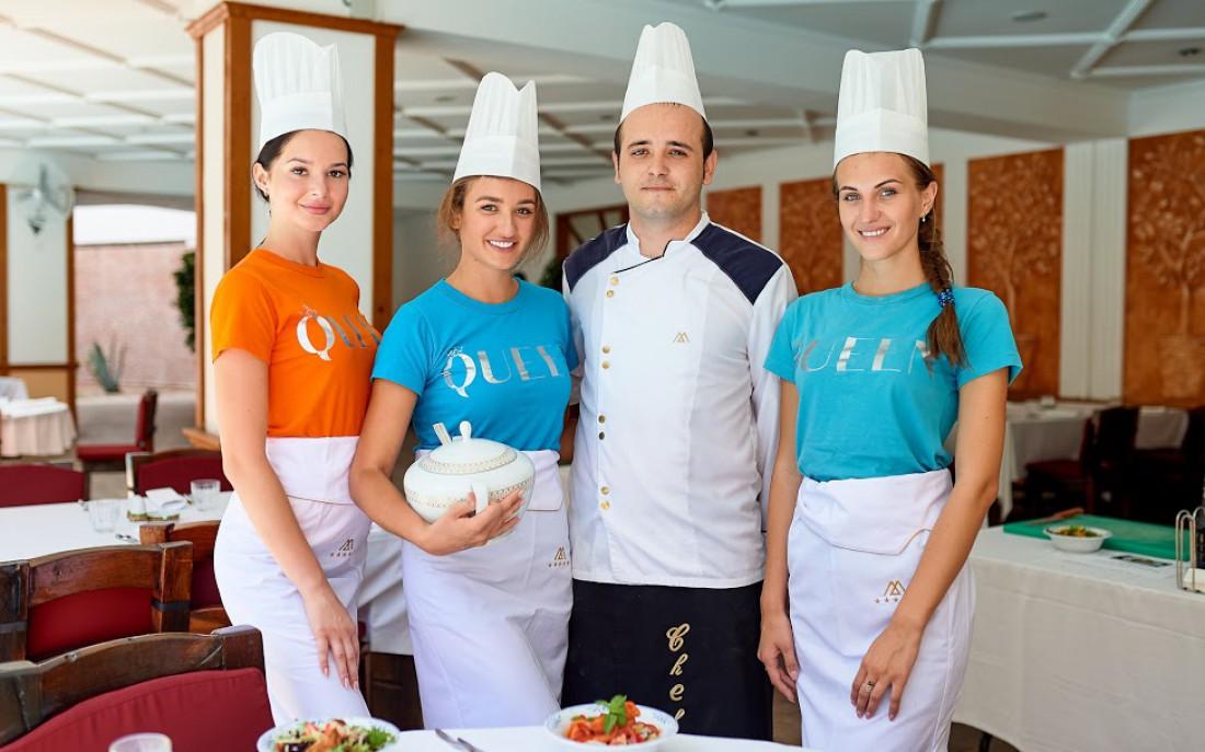 Слева направо: Алена (заняла третье место), Марина (первое место), Шеф-повар, Виктория (второе место)