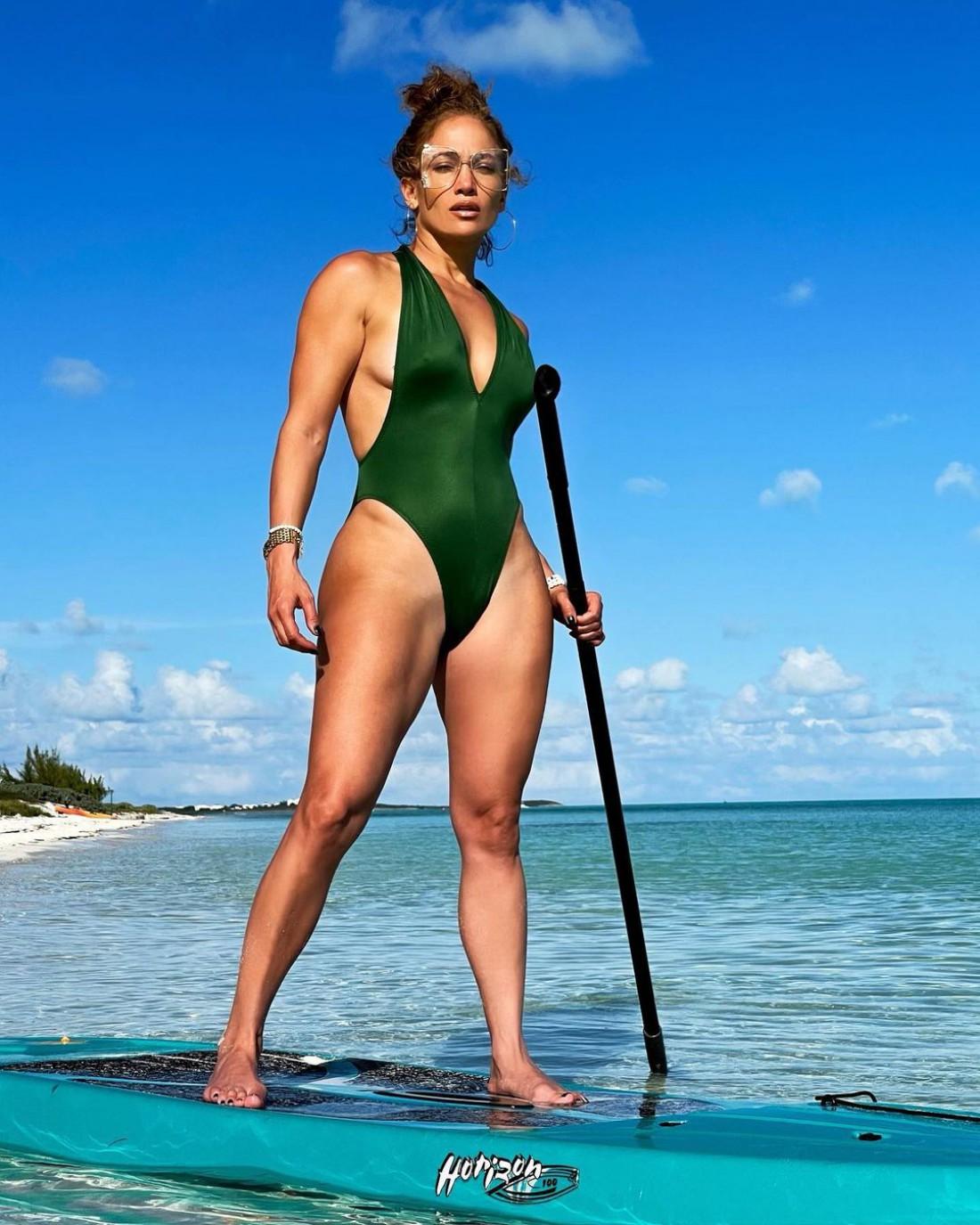Дженнифер Лопес похвасталась безупречной фигурой в купальнике