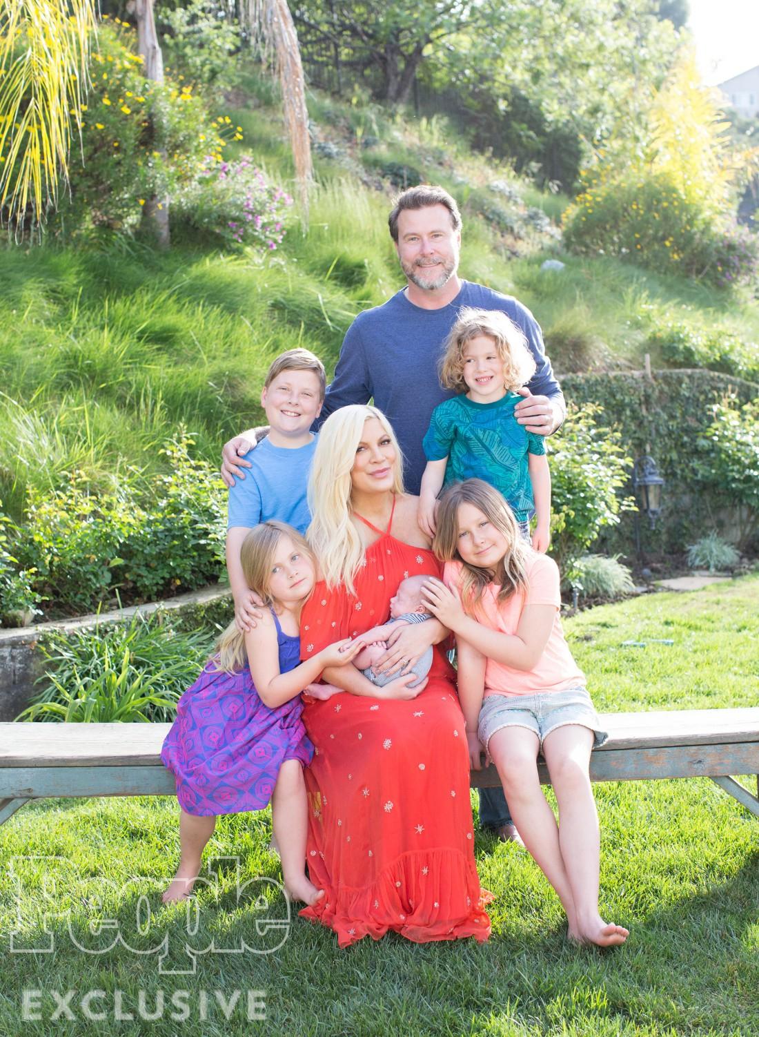 Тори Спеллинг с мужем и детьми