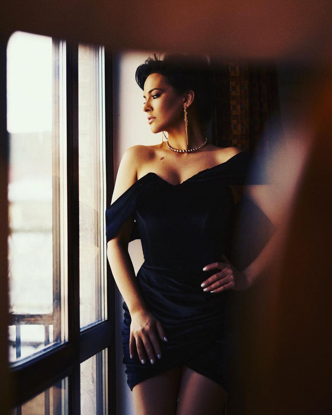 Даша Астафьева засветила пышные формы в коротеньком платье