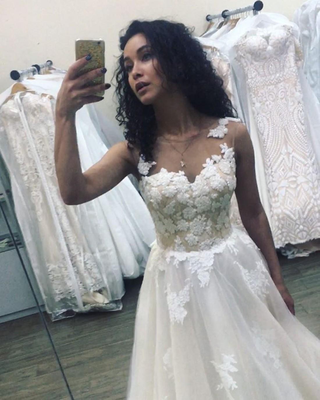 Анетти в свадебном платье