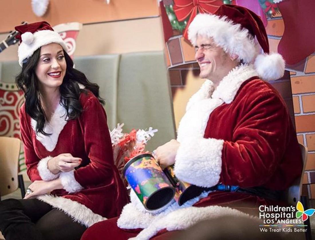 Орландо Блум и Кэти Перри в детской больнице Лос-Анджелеса, США.